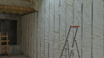 3 - Projection de 80 mm sur les murs avec recoupe de la mousse après projection